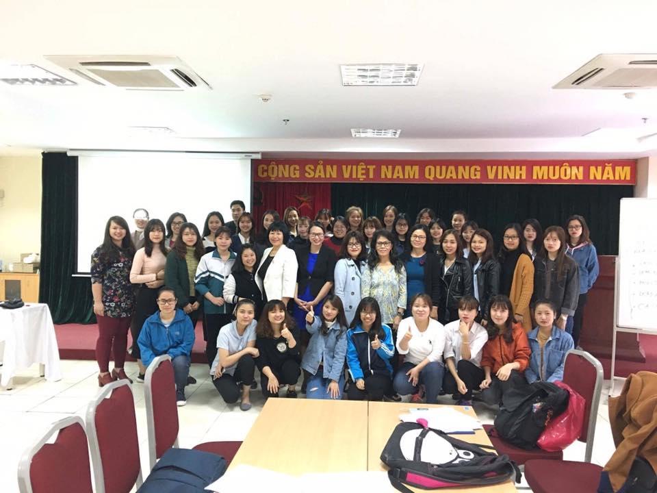 Chuyên gia Mỹ B. Tuyet Brown thuyết giảng tại Học viện Phụ nữ Việt Nam