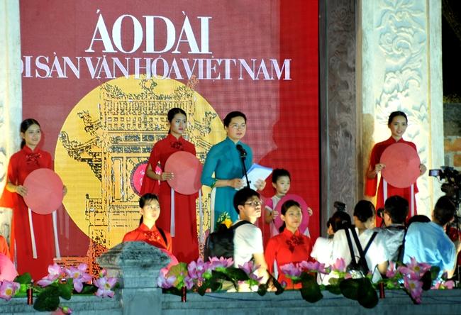 """100 nữ sinh viên Học viện Phụ nữ Việt Nam tham gia trình diễn trong chương trình """"Áo dài - Di sản văn hóa Việt Nam"""""""