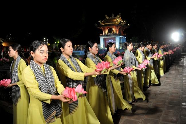 P/s ảnh: Nữ sinh Học viện phụ nữ Việt Nam trong đêm hội Áo dài