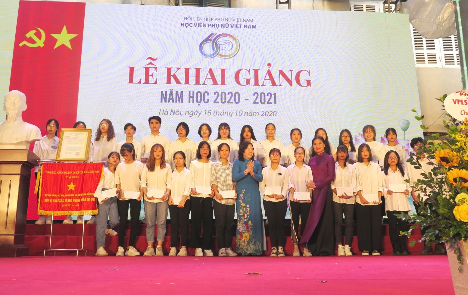 Trao tặng học bổng cho Tân sinh viên Học viện Phụ nữ Việt Nam