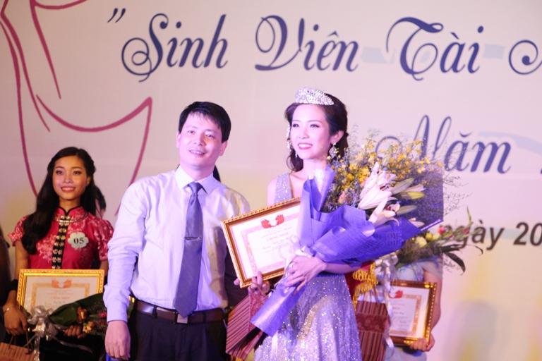 Báo Dân trí: Hoa khôi đầu tiên của Học viện Phụ nữ Việt Nam