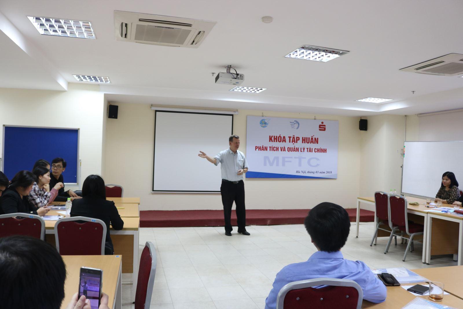 Học viện Phụ nữ Việt Nam tổ chức khóa tập huấn phân tích và quản lý tài chính