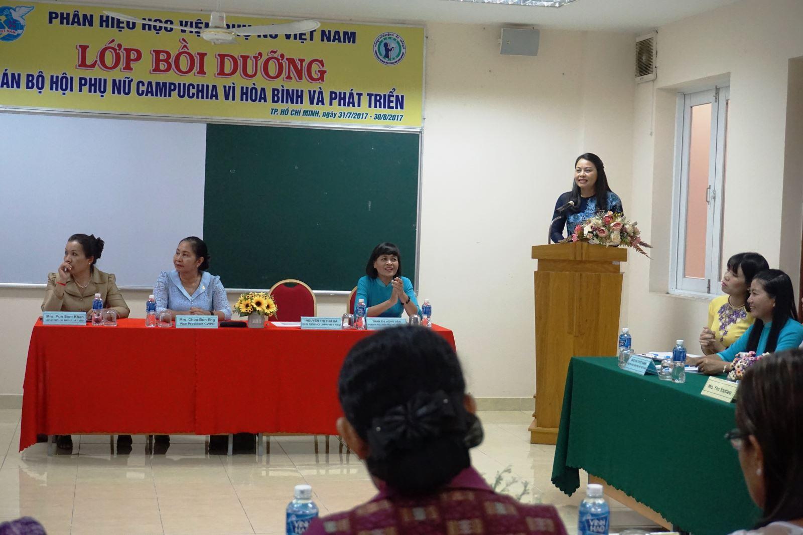Khai giảng lớp bồi dưỡng nghiệp vụ dành cho cán bộ Hội phụ nữ Campuchia vì hòa bình và phát triển