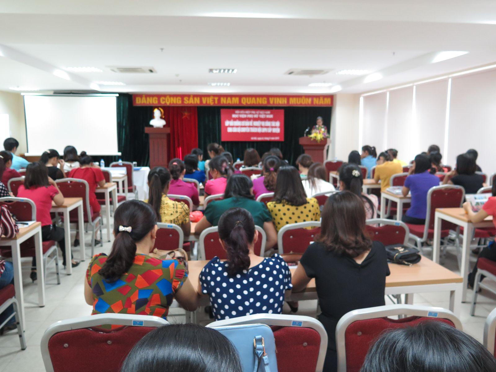 Bế giảng lớp bồi dưỡng cơ bản nghiệp vụ công tác Hội LHPN Việt Nam cho cán bộ cấp Huyện