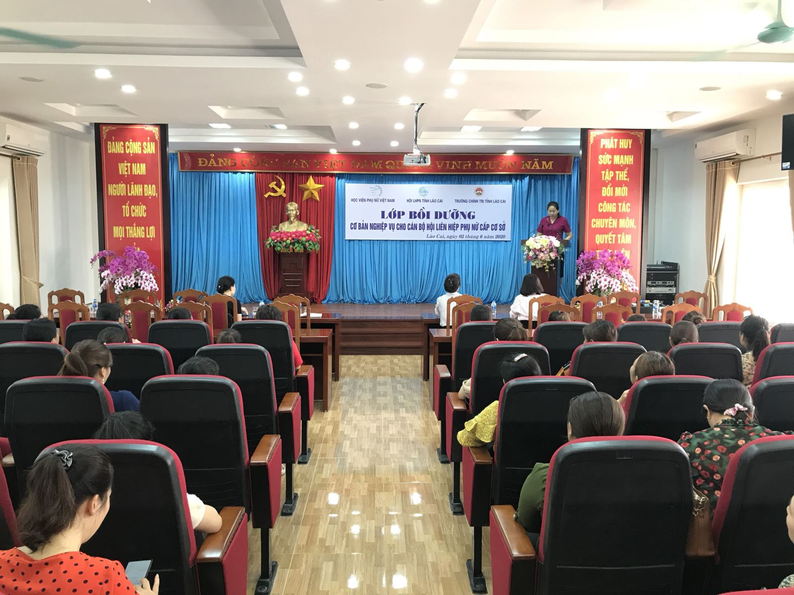 44 Chủ tịch và nguồn Chủ tịch Hội Phụ nữ cơ sở được bồi dưỡng nghiệp vụ tại Lào Cai