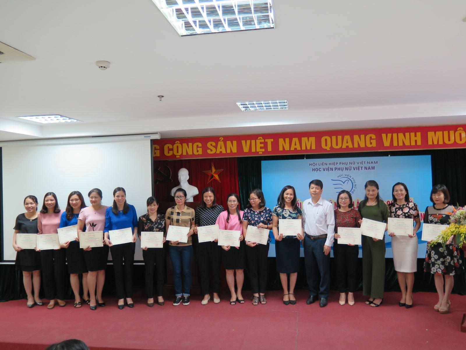 Bế giảng lớp Bồi dưỡng  Kỹ năng lãnh đạo, quản lý cho cán bộ Hội Liên hiệp Phụ nữ cấp tỉnh và huyện