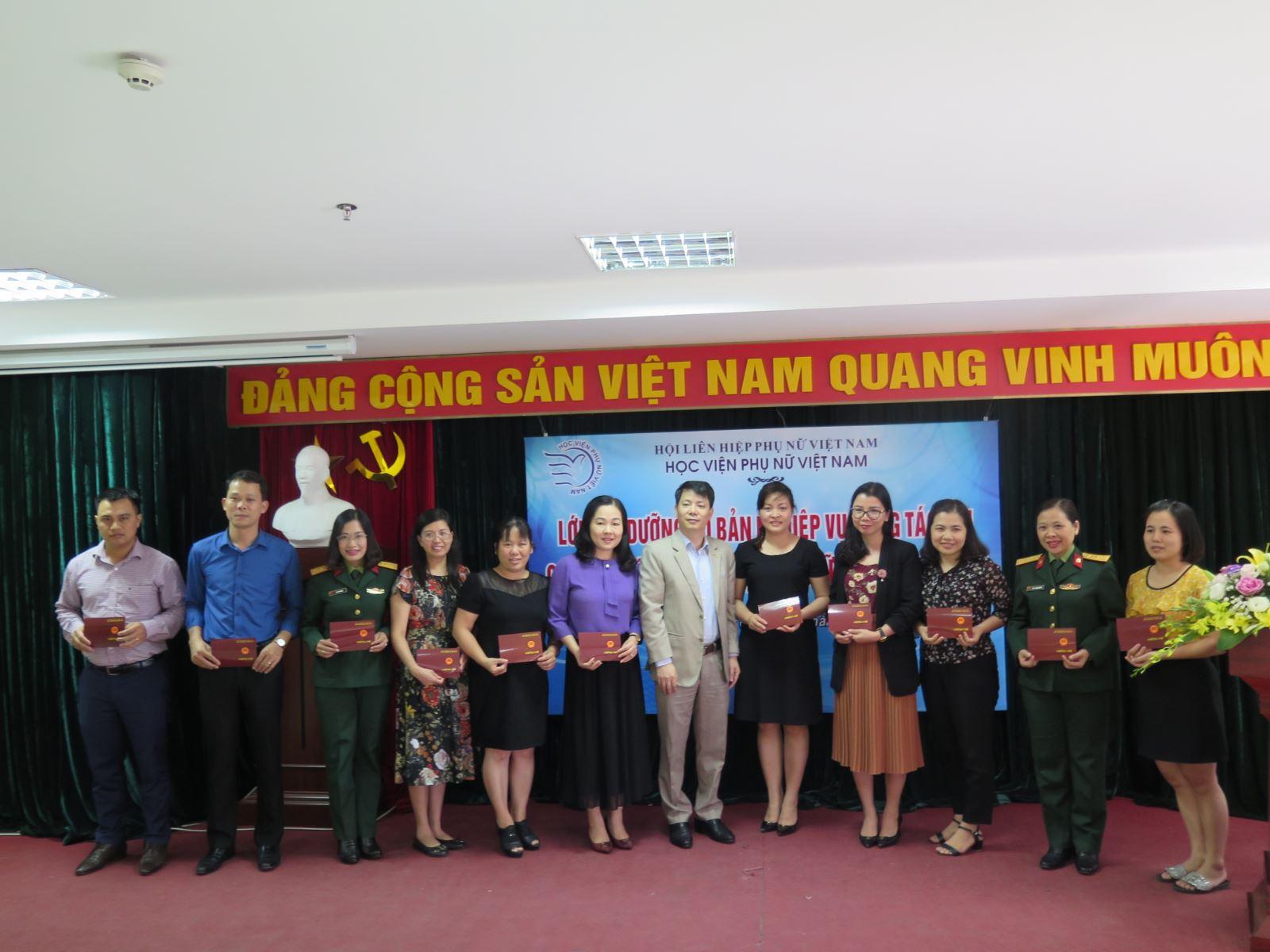 Bế giảng lớp bồi dưỡng cơ bản nghiệp vụ công tác Hội LHPN Việt Nam