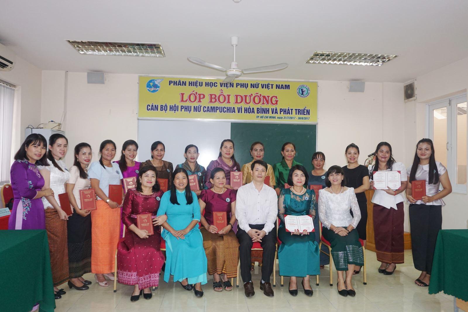 Bế giảng khóa bồi dưỡng nghiệp vụ công tác phụ nữ và kỹ năng lãnh đạo dành cho cán bộ Hội phụ nữ Campuchia vì hòa bình và phát triển