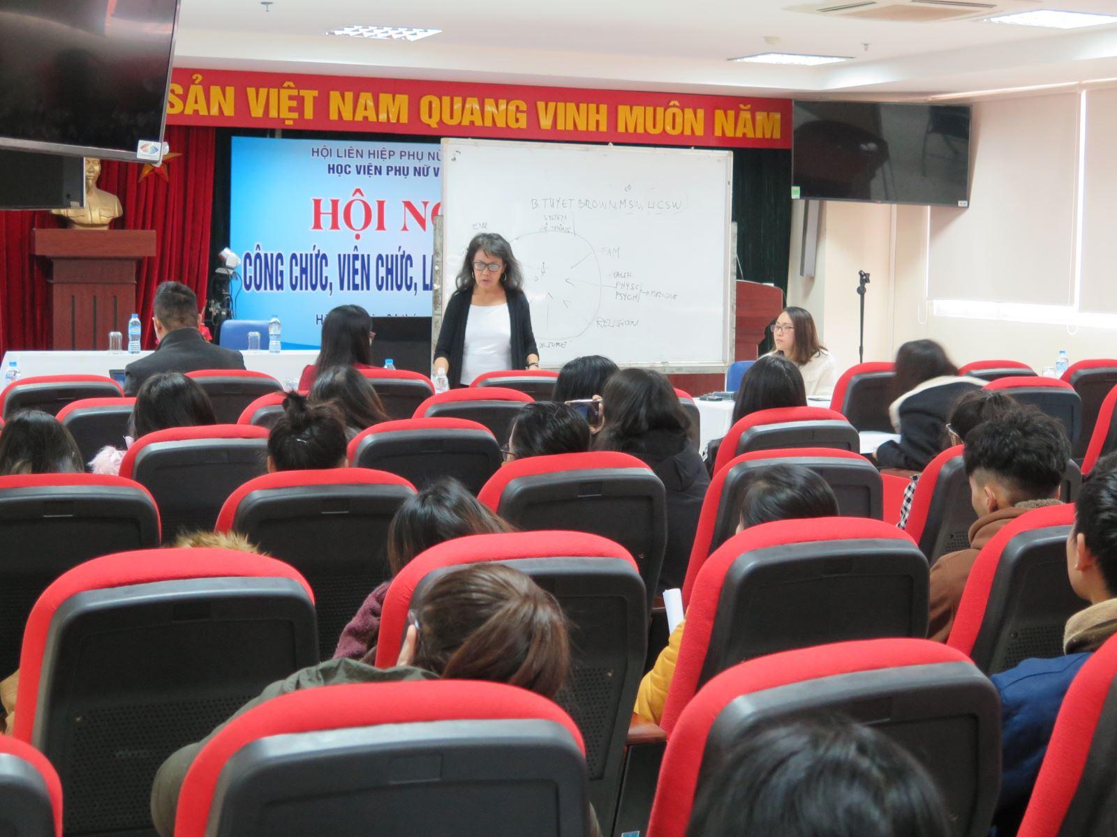 Giảng viên và sinh viên Học viện nghe nói chuyện chuyên đề về nghề Công tác xã hội