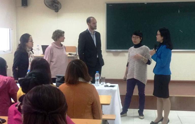 Sinh viên Học viện Phụ nữ Việt Nam nghe thuyết trình về Chống bạo hành Giới