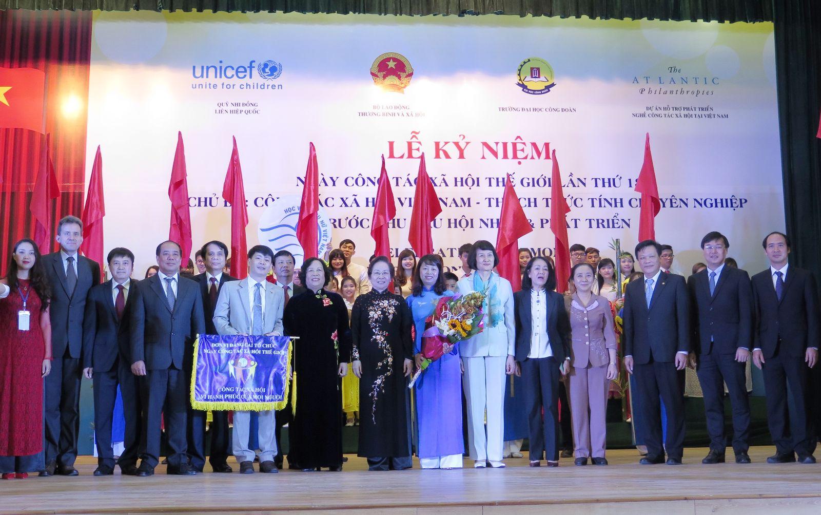 Học viện Phụ nữ Việt Nam tham gia Lễ kỷ niệm ngày hội Công tác xã hội thế giới lần thứ 18 và nhận cờ đăng cai tổ chức ngày hội CTXH lần thứ 19 vào năm 2016