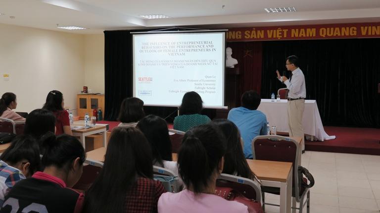 Diễn giả Trường Đại học Seattle, Hoa Kỳ nói chuyện với sinh viên Học viện Phụ nữ Việt Nam