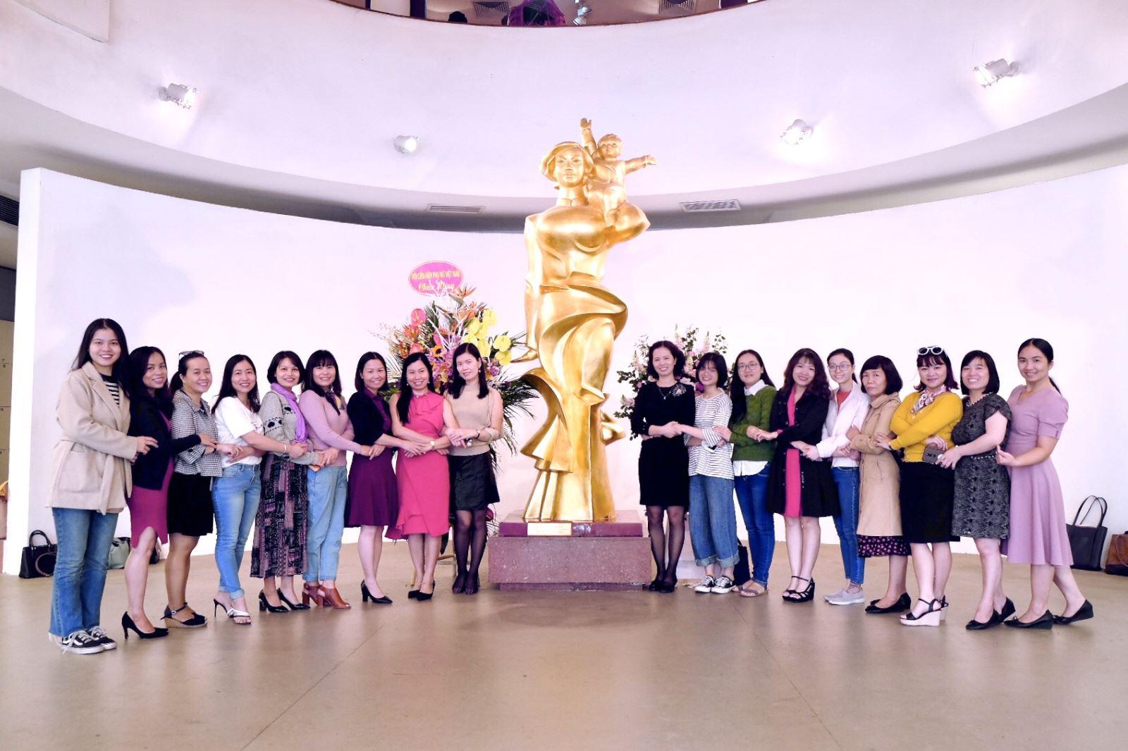 Chi bộ 7 tham quan Bảo tàng Phụ nữ Việt Nam