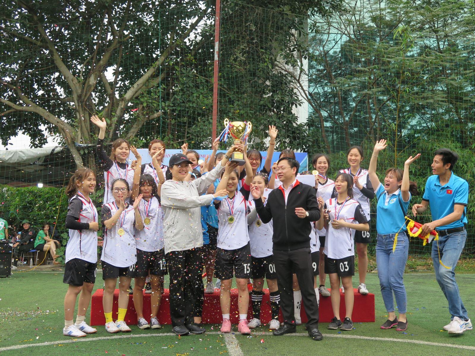 Đội bóng đá nữ Hội LHPN Việt Nam giành cúp vô địch giải Đoàn Khối các Cơ quan Trung ương