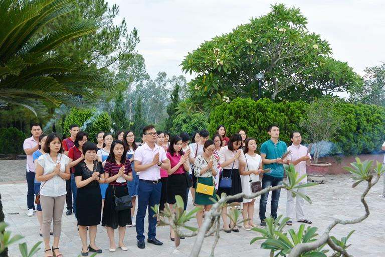 Đoàn Thanh niên Học viện Phụ nữ Việt Nam dâng hương tại Nghĩa trang liệt sỹ tỉnh Thừa Thiên Huế