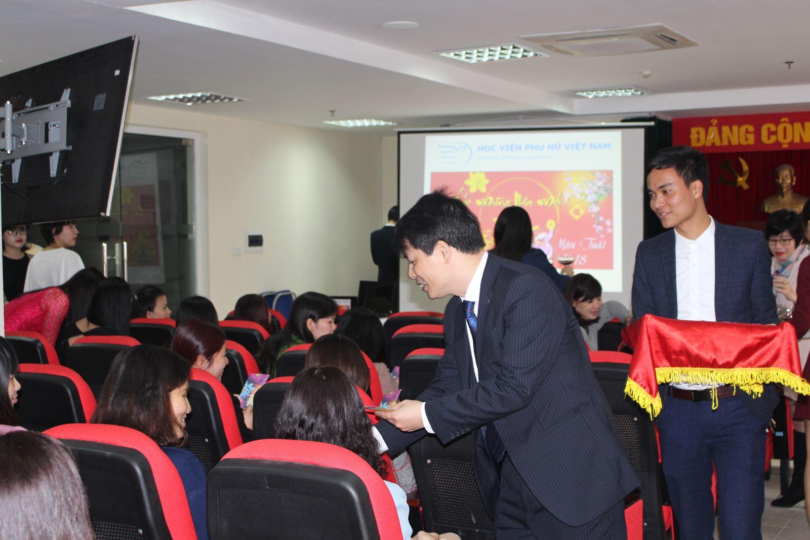 Học viện Phụ nữ Việt Nam tổ chức gặp mặt đầu xuân Mậu Tuất