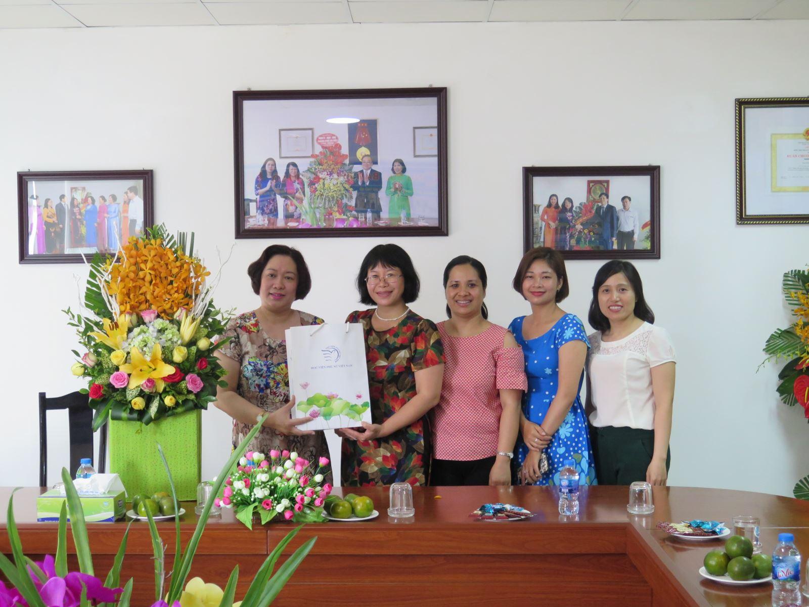 Học viện Phụ nữ Việt Nam chúc mừng các đơn vị báo chí nhân ngày 21/6