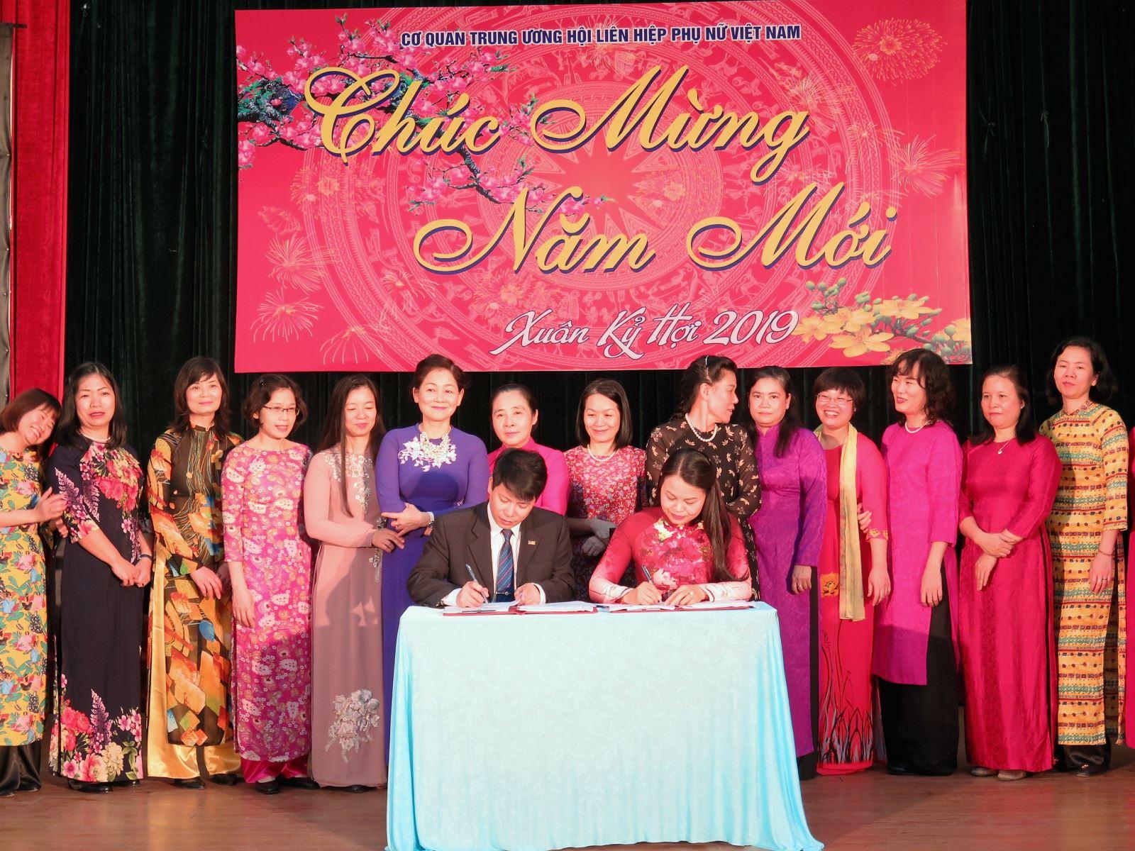 Trung ương Hội LHPN Việt Nam trao tặng cờ thi đua xuất sắc cho Học viện Phụ nữ Việt Nam