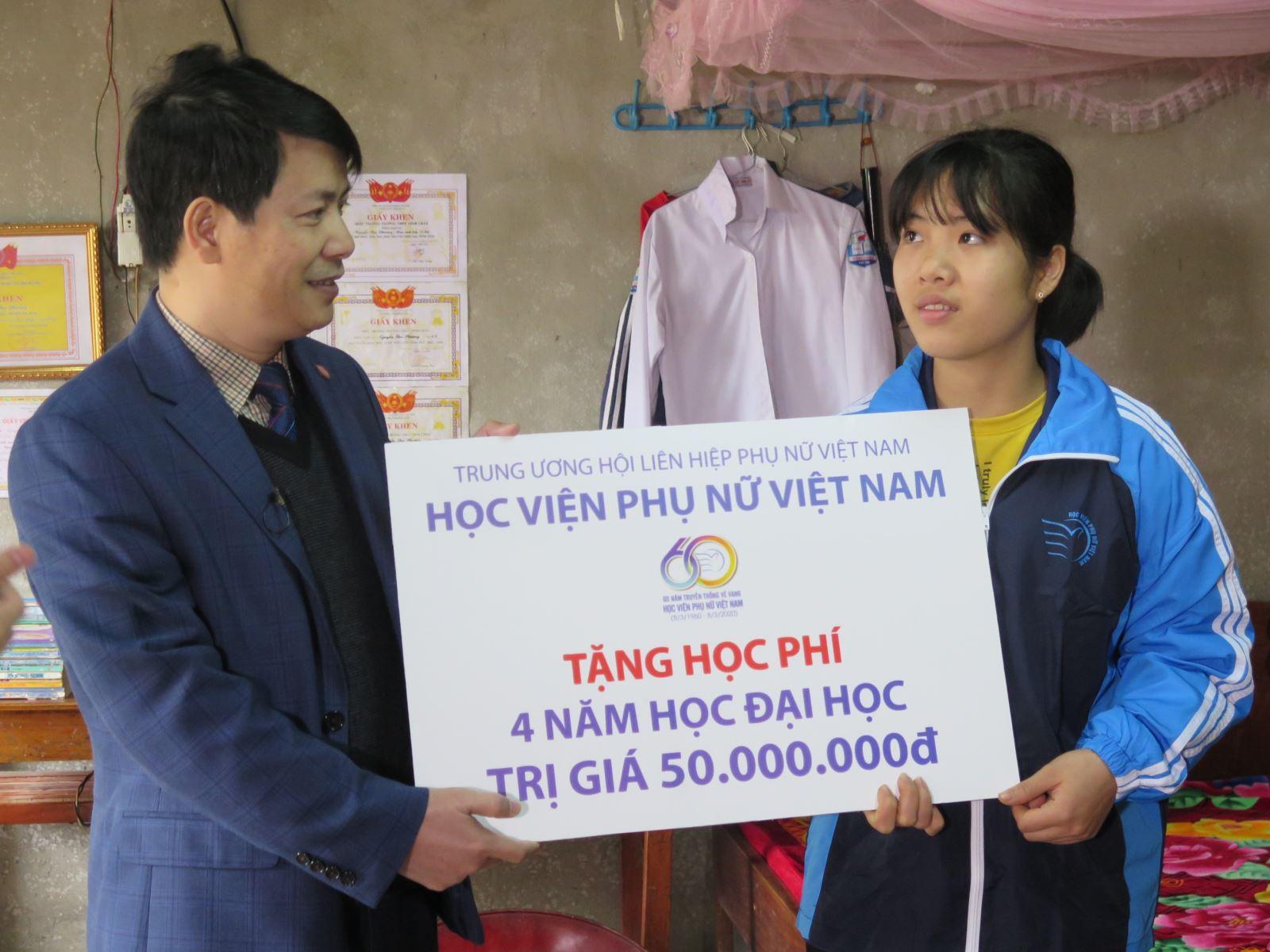 HV Phụ nữ Việt Nam chia sẻ yêu thương đến học sinh có hoàn cảnh khó khăn