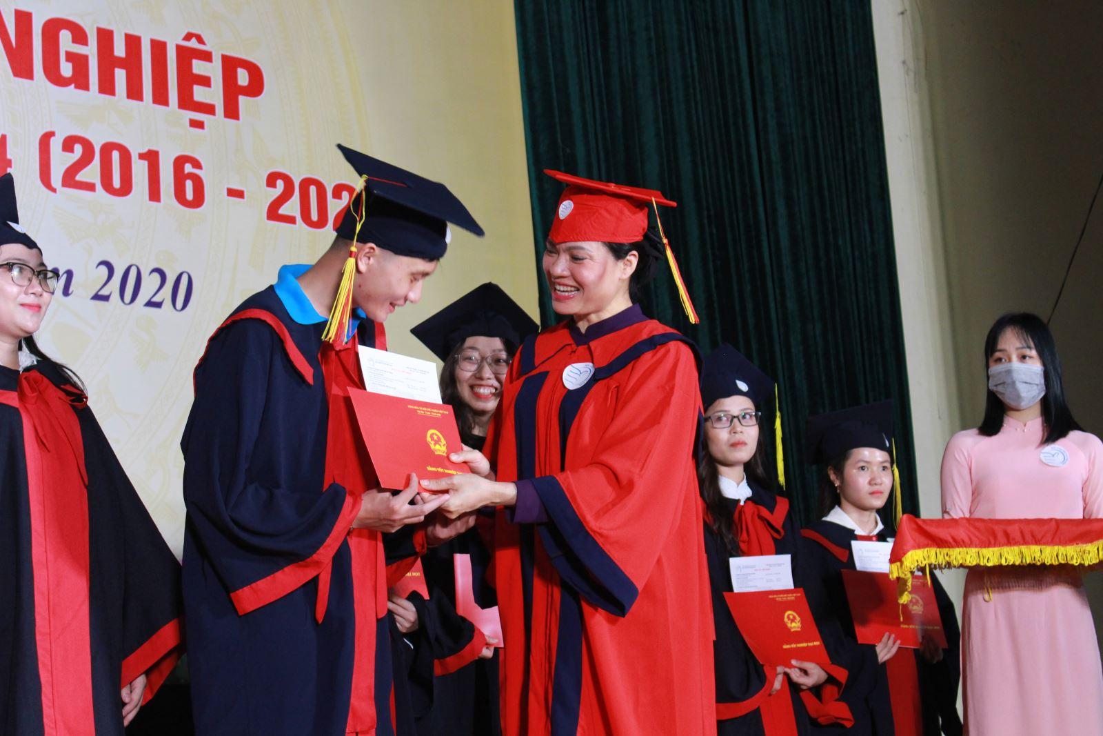 Học viện Phụ nữ Việt Nam trao bằng cử nhân cho 245 sinh viên