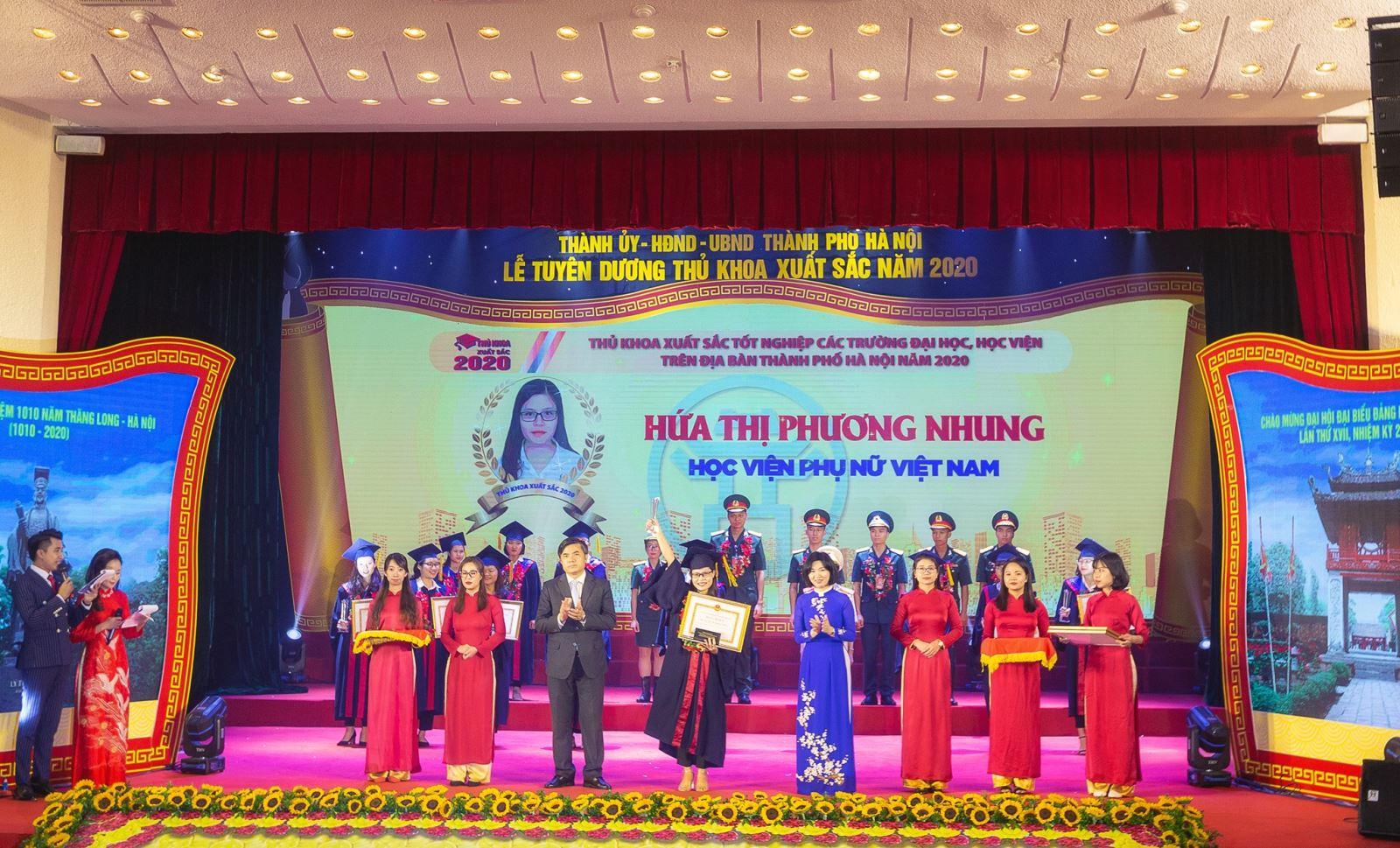 Tân Thủ khoa Hứa Thị Phương Nhung của Học viện Phụ nữ Việt Nam được vinh danh Thủ khoa xuất sắc năm 2020