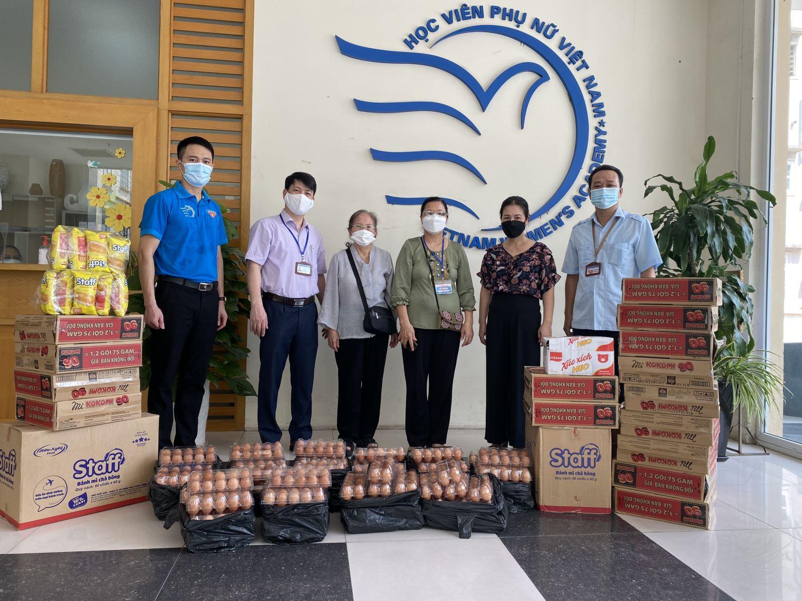 Đại diện UBND Phường Láng Thương và các tổ chức, cá nhân trao quà hỗ trợ sinh viên