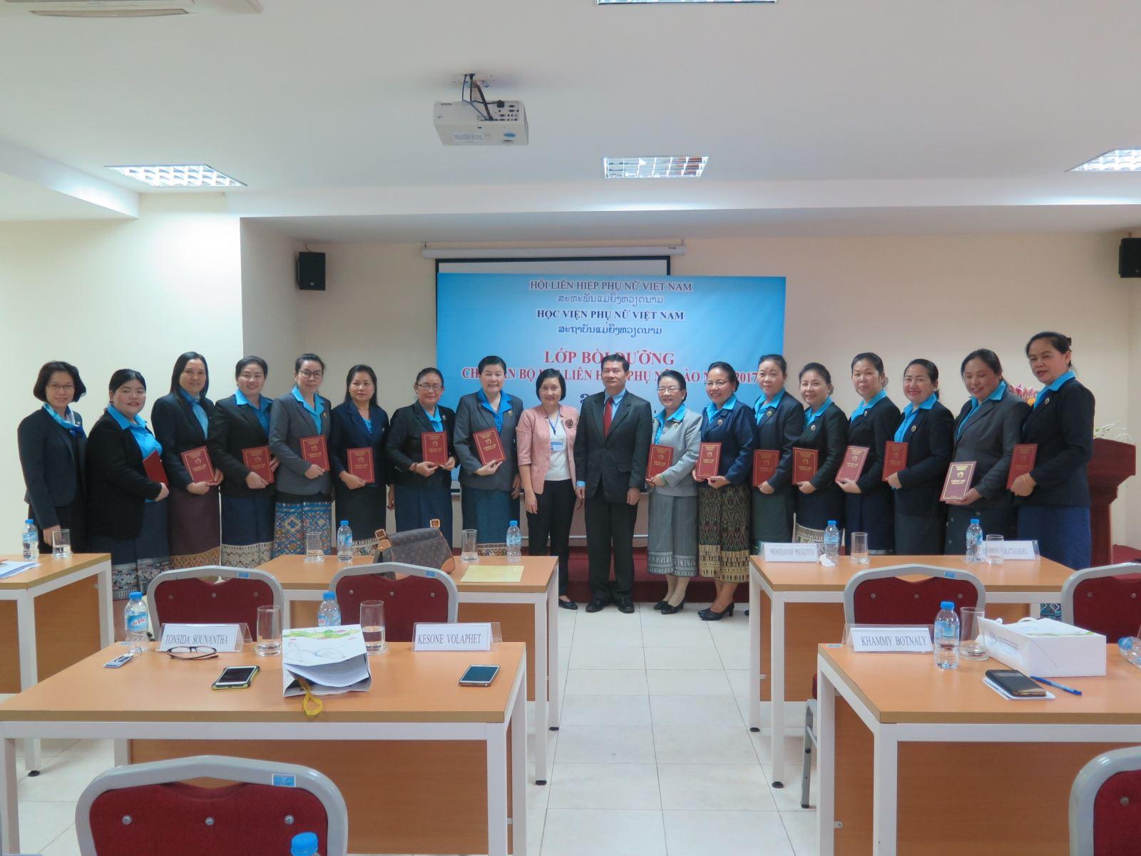 Lễ bế giảng lớp bồi dưỡng cán bộ phụ nữ Lào năm 2017