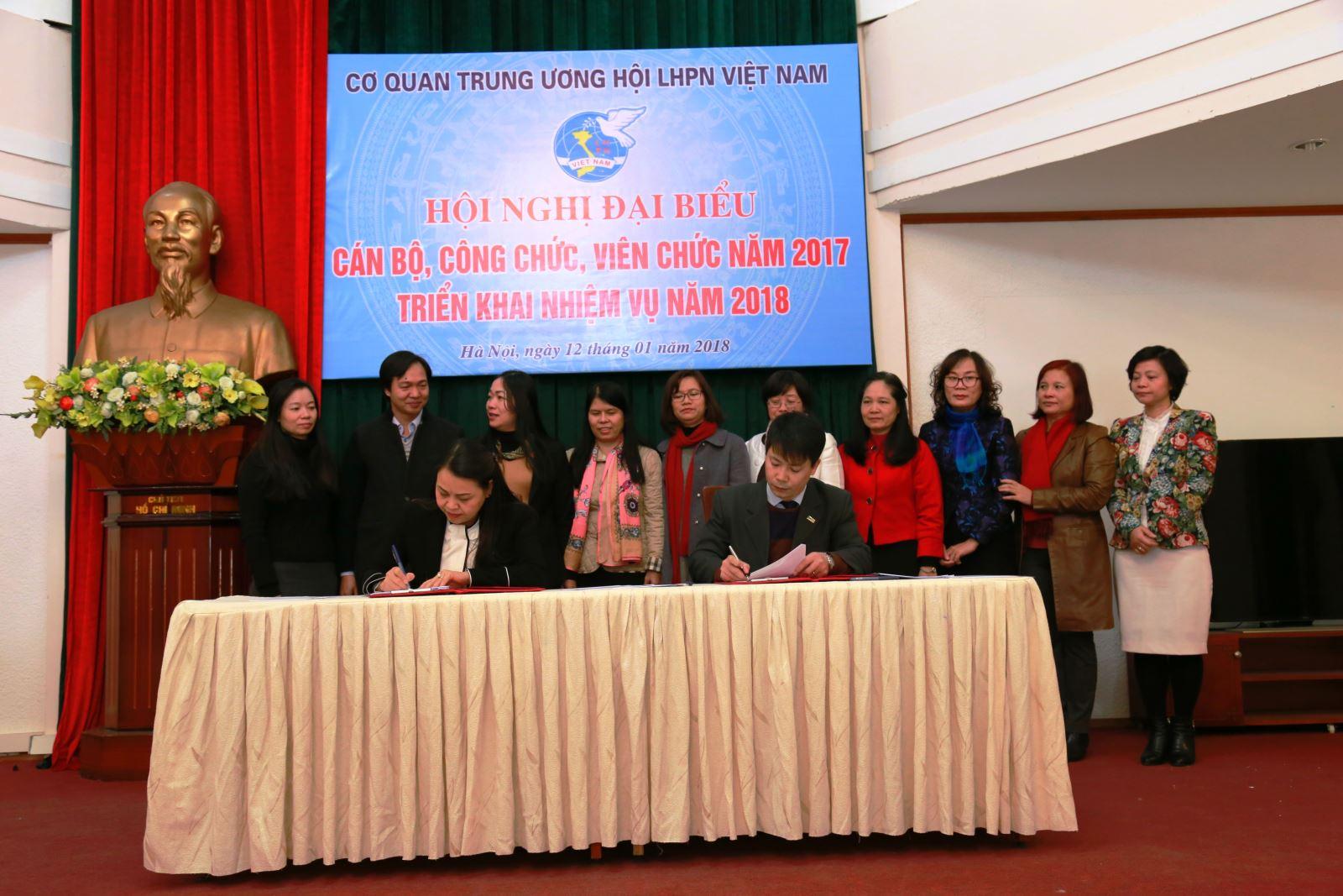 Học viện Phụ nữ Việt Nam nhận cờ thi đua xuất sắc năm 2017 của Đoàn Chủ tịch Hội LHPN Việt Nam