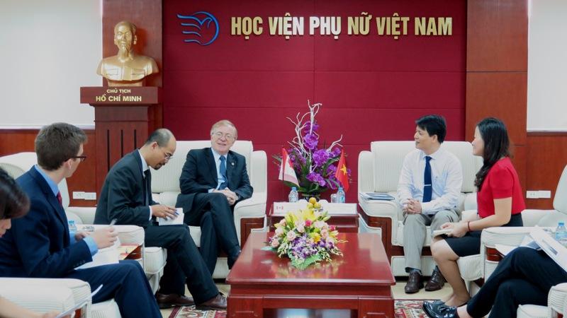 Đại sứ Đặc mệnh Toàn quyền Canada thăm và làm việc  tại Học viện Phụ nữ Việt Nam