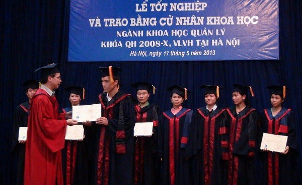 Lễ tốt nghiệp và trao bằng Cử nhân khoa học ngành Khoa học Quản lý hệ VLVH khóa QH – 2008 – X