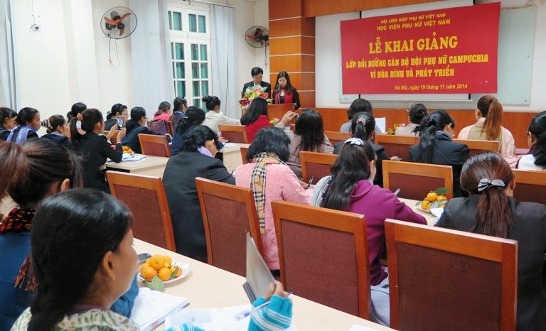 Khai giảng lớp Bồi dưỡng cán bộ Hội phụ nữ Campuchia vì hòa bình và phát triển
